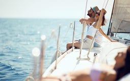 Cruisevakantie paar die van een de zomerdag op een boot genieten stock afbeelding