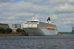 Cruisevoering aan meertros wordt vastgelegd die Kopenhagen, Denemarken Royalty-vrije Stock Fotografie
