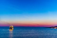 Cruisevoering die de Albanese kust verlaten dichtbij Saranda stock fotografie