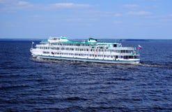 Cruisevoering die de Volga Rivier varen (Rusland) Royalty-vrije Stock Afbeeldingen