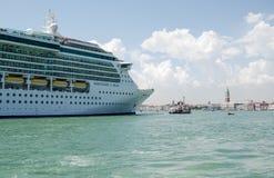 Cruisevoering die Venetië ingaan Stock Foto