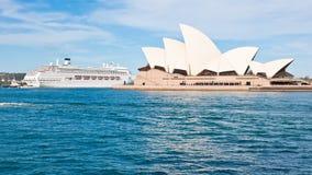 Cruisevoering en Sydney Opera House, buitengewone vorm van Operahuis stock afbeeldingen