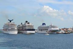 3 cruisevoeringen bij haven Royalty-vrije Stock Afbeeldingen