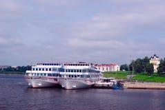 Cruisevoeringen in Uglich worden gedokt (Gouden Ring van Rusland dat) Royalty-vrije Stock Afbeelding
