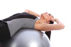 Crujidos abdominales de la mujer del ajuste en bola del ejercicio Imagen de archivo