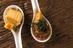 Crujiente con la crema batida del queso, acompañada con el mignon del andPork de los anacardos del anacardo y del anacardo Imagenes de archivo