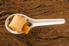 Crujiente con la crema batida del queso, acompañada con los anacardos del anacardo y del anacardo en una cuchara Fotos de archivo libres de regalías