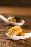 Crujiente con la crema batida del queso, acompañada con los anacardos del anacardo y del anacardo en una cuchara Imagenes de archivo
