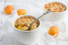 Crumbl dell'albicocca con i fiocchi fritti della mandorla Fotografia Stock