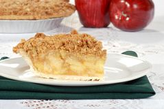 Crumble de Apple com a torta no fundo Fotos de Stock Royalty Free