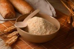 Crumbs ψωμιού στο κύπελλο στον ξύλινο πίνακα Στοκ Εικόνες