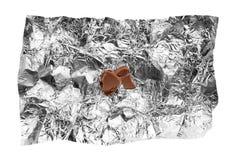 Crumbs van de chocolade op tinfolie Royalty-vrije Stock Afbeeldingen