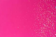 Crumbs van een multicolored krijtvlieg op een roze achtergrond Vreugde, Carnaval Spel voor kinderen stock foto's