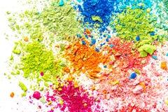 Crumbs van multi-colored krijt op een witte achtergrond Vreugde, Carnaval Een spel voor kinderen Art stock foto