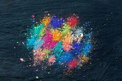 Crumbs van multi-colored krijt op een zwarte achtergrond Vreugde, Carnaval Panorama Een spel voor kinderen Art stock foto