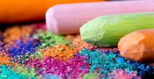 Crumbs van multi-colored krijt op een zwarte achtergrond Vreugde, Carnaval, Panorama Een spel voor kinderen Art royalty-vrije stock afbeeldingen