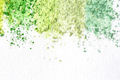 Crumbs van multicolored krijt, pastelkleuren op Witboek voor waterverf Gele, groene, grijze, lichtgroene karmozijnrood Mening van royalty-vrije stock afbeeldingen
