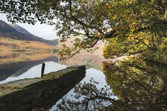 Crummock水的美好的秋天秋天风景图象在sunri的 库存照片