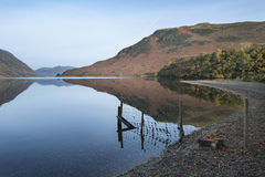 Crummock水的美好的秋天秋天风景图象在sunri的 免版税库存图片