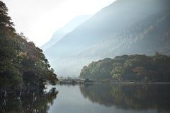 Crummock水的美好的秋天秋天风景图象在sunri的 免版税图库摄影