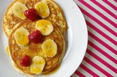 Crumpets завтрака с бананом и поленикой Стоковые Изображения
