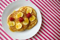 Crumpets завтрака с бананом и поленикой Стоковое Фото