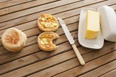 Crumpets beurrés avec un tapotement de beurre de ferme photo libre de droits