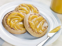 Crumpets da coalhada de limão imagem de stock royalty free