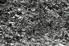 Crumpled enrugou a textura da folha de prata Fundo escuro emaranhado da textura da folha de prata imagem de stock