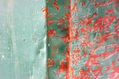 Crumpled riscou a superfície de metal da cor vermelha e verde foto de stock royalty free