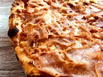 Crunchy pizza z baleronem i serem fotografia stock