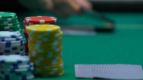 Crupié del casino que pone tarjetas en la tabla verde, primer de las fichas de póker, negocio almacen de video