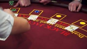 Crupié detrás de la tabla de juego en un casino metrajes