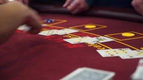 Crupié detrás de la tabla de juego en un casino almacen de video