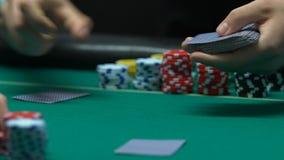 Crupié que mezcla y que trata las tarjetas, casino subterráneo, juego ilegal almacen de metraje de vídeo