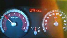 Cruscotto dell'automobile mentre guidando all'alta velocità - un numero piacevole sull'odometro, l'abbagliamento luminoso del sol Fotografia Stock