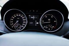 Cruscotto dell'automobile, pannello illuminato, esposizione di velocità immagini stock libere da diritti