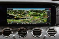 Cruscotto dell'esposizione di navigazione di Mercedes Benz fotografia stock