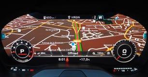 Cruscotto di Digital di un'automobile sportiva con l'esposizione di navigazione fotografia stock