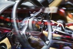 Cruscotto di lusso del volante di Porsche nel modello di Porsche Caienna fotografia stock