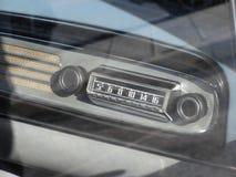 Cruscotto di un'automobile d'annata classica Fine dell'autoradio su Concetto di nostalgia immagine stock