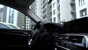 Cruscotto ed interno tecnologici dell'automobile video d archivio