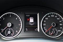 Cruscotto moderno di un'automobile con un'alta distanza in miglia Immagini Stock Libere da Diritti