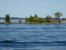 Cruse в островах ` s тысячи Канады стоковые изображения rf