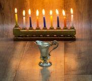 Cruse van olie van zilver, Chanoeka wordt gemaakt die met a-steen menorah en kaarsen Royalty-vrije Stock Foto