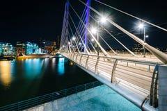 Crusellbrug bij nacht, over het Ruoholahti-Kanaal, in Helsinki, stock foto's