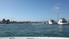 Crusing在从小船弓的一个港口  股票录像
