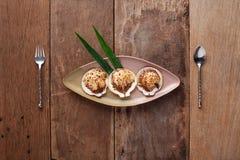 Crustáceos asados a la parrilla con el queso, preparado En la tabla Fotografía de archivo libre de regalías