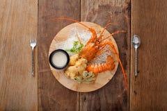 Crustáceos asados a la parrilla con el queso, preparado En la tabla Fotos de archivo