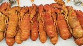 Crustacés sur la glace, pile des homards connus également comme homard de Norvège, crevette rose de Dublin Bay, langoustine, ou s photographie stock